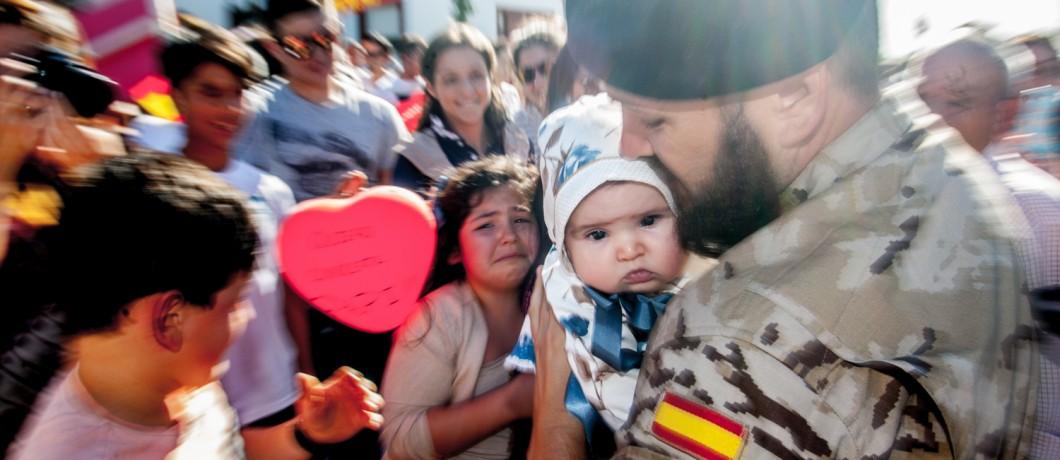 Oto.  Un soldado conoce a su hija de 3 meses que nacio durante su misión
