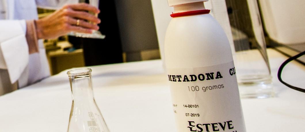 metadona, colegio de farmaceuticos, Lourdes Galalrdo prepara metadona