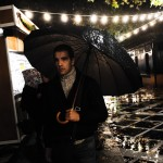 Mercado navideño bajo la lluvia. oto