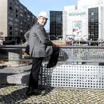 El alcalde de Badajoz prueba antiguas y peligrosas barandillas. oto