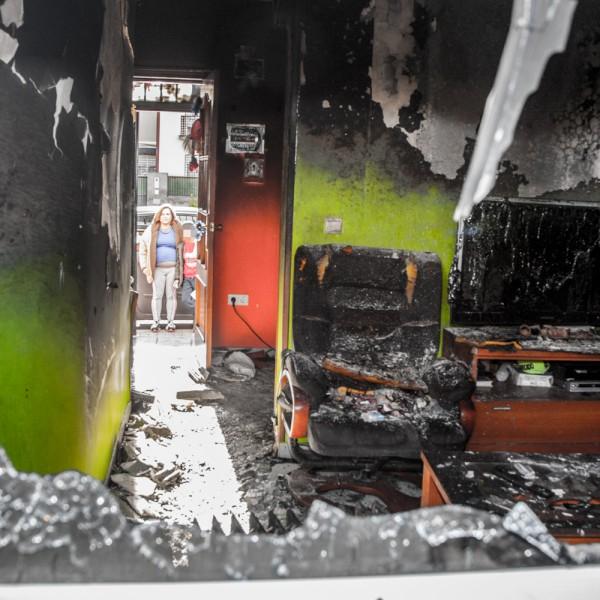 Oto. Vecina del Cerro Reyes y su hijo en la puerta de su casa incendiada.