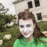 Adolescente maquillada para el rodaje sonríe al fotoperiodista. pkp