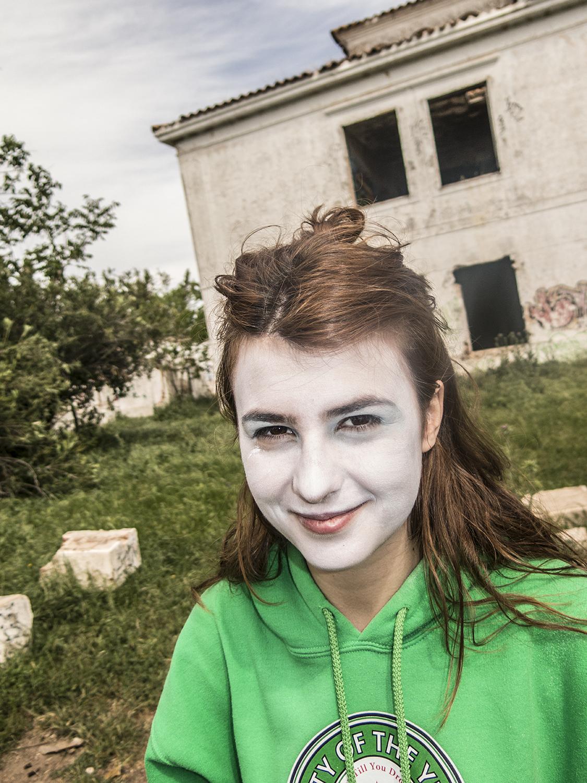 adolescente maquillada para el rodaje sonrie al fotoperiodista